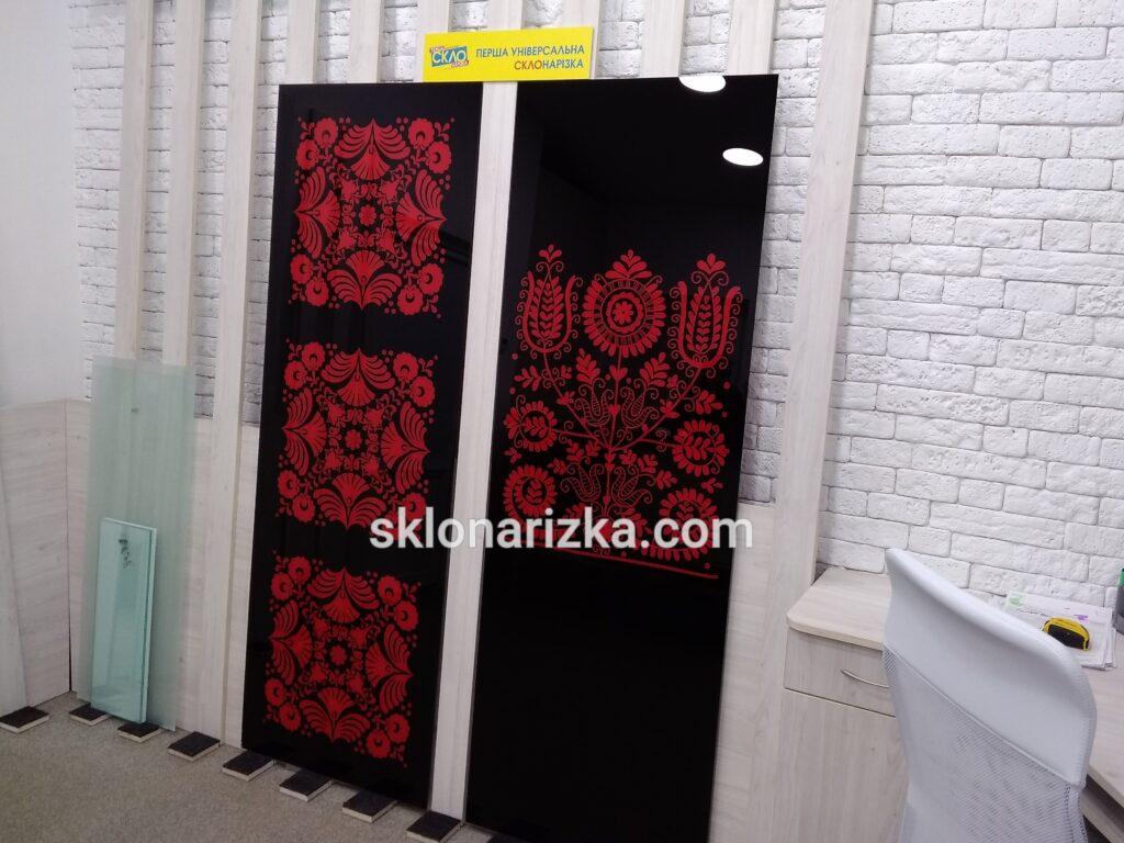 Чорний лакобель з фарбованим орнаментом