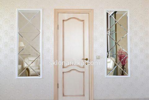 Дзеркальна плитка на фасаді біля дверей