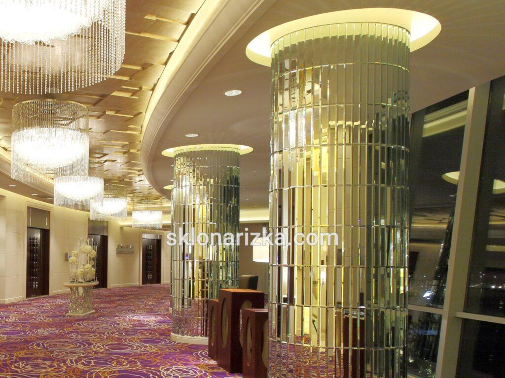 Дзеркальна плитка з фацетом на колоні у великому коридорі