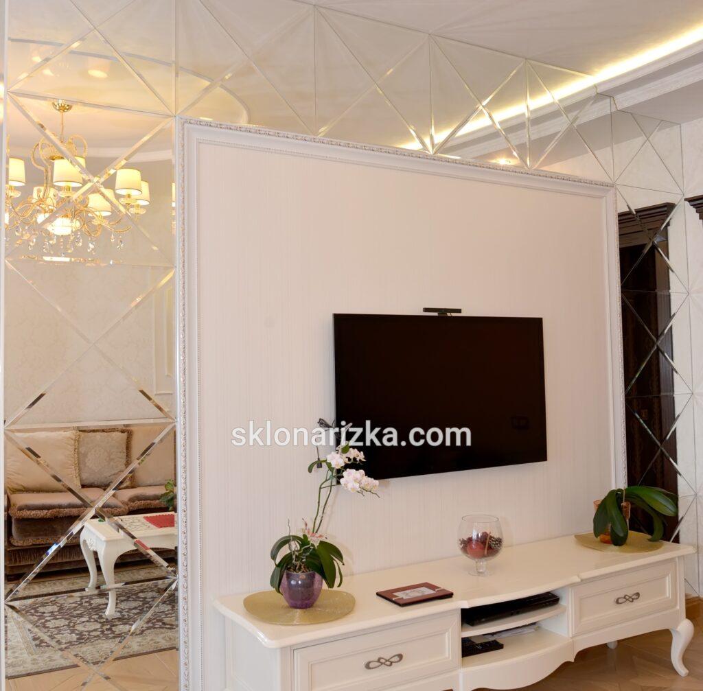 Дзеркальна плитка з фацетом на стіні вітальні