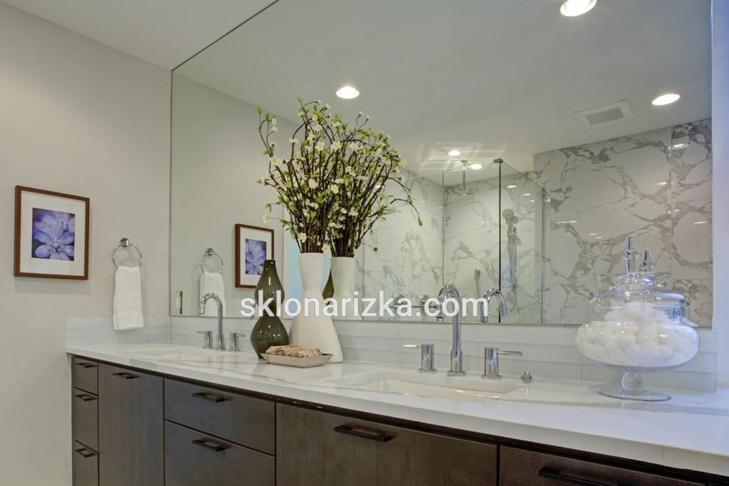 Дзеркало у ванній кімнаті з монтажем