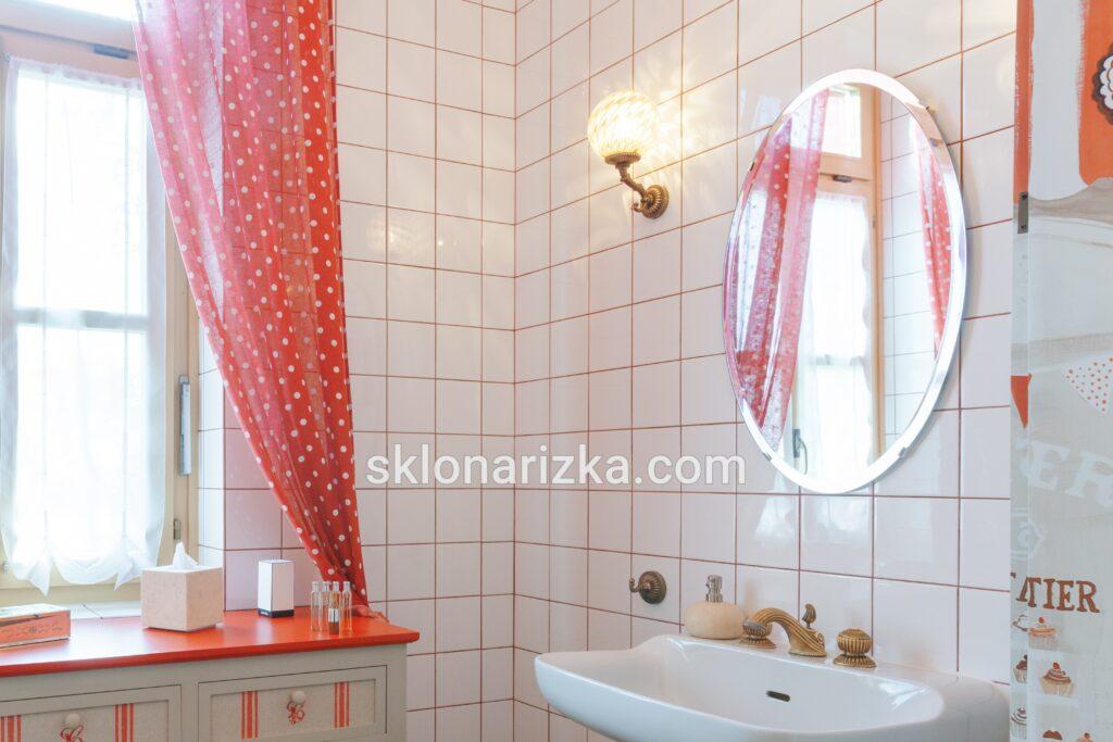Кругле зеркало у ванній з фацетом