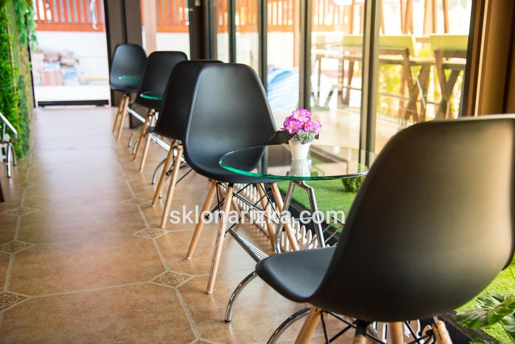 Круглий скляний столик в кафе