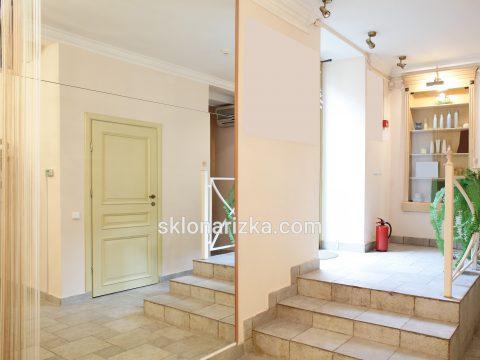 Монтаж дзеркала на стіну у коридорі