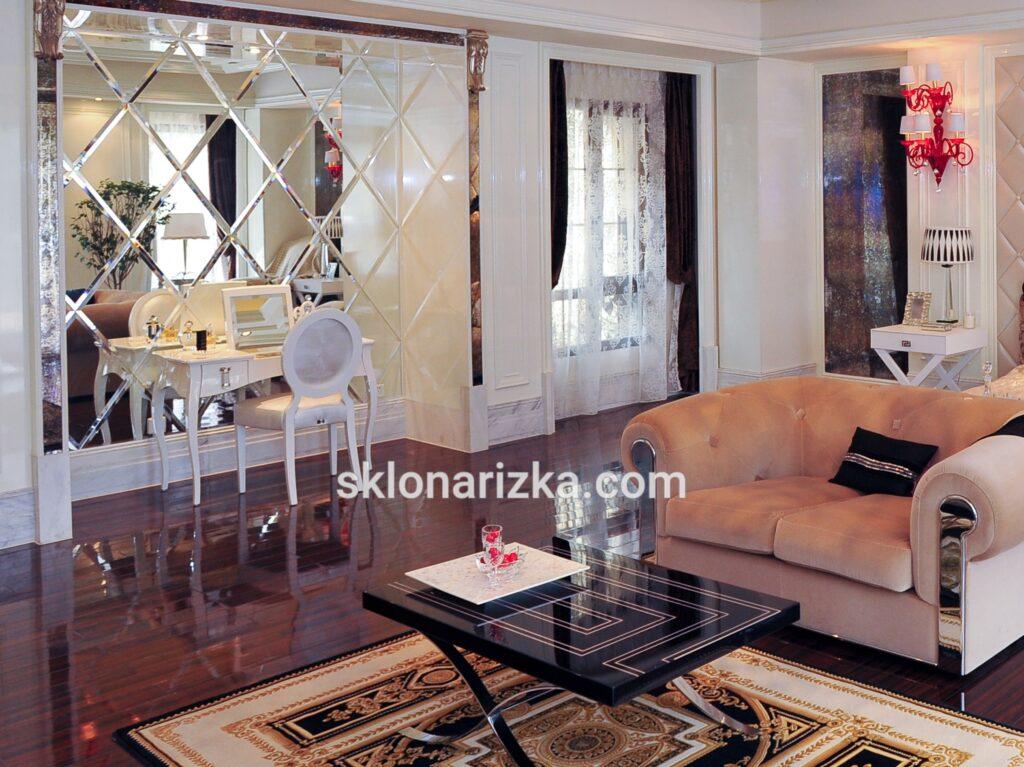 Панно із дзеркальної плитки біля косметичного столика у спальній кімнаті_