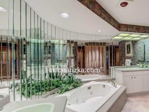 Прямокутна дзеркальна плитка у ванній кімнаті
