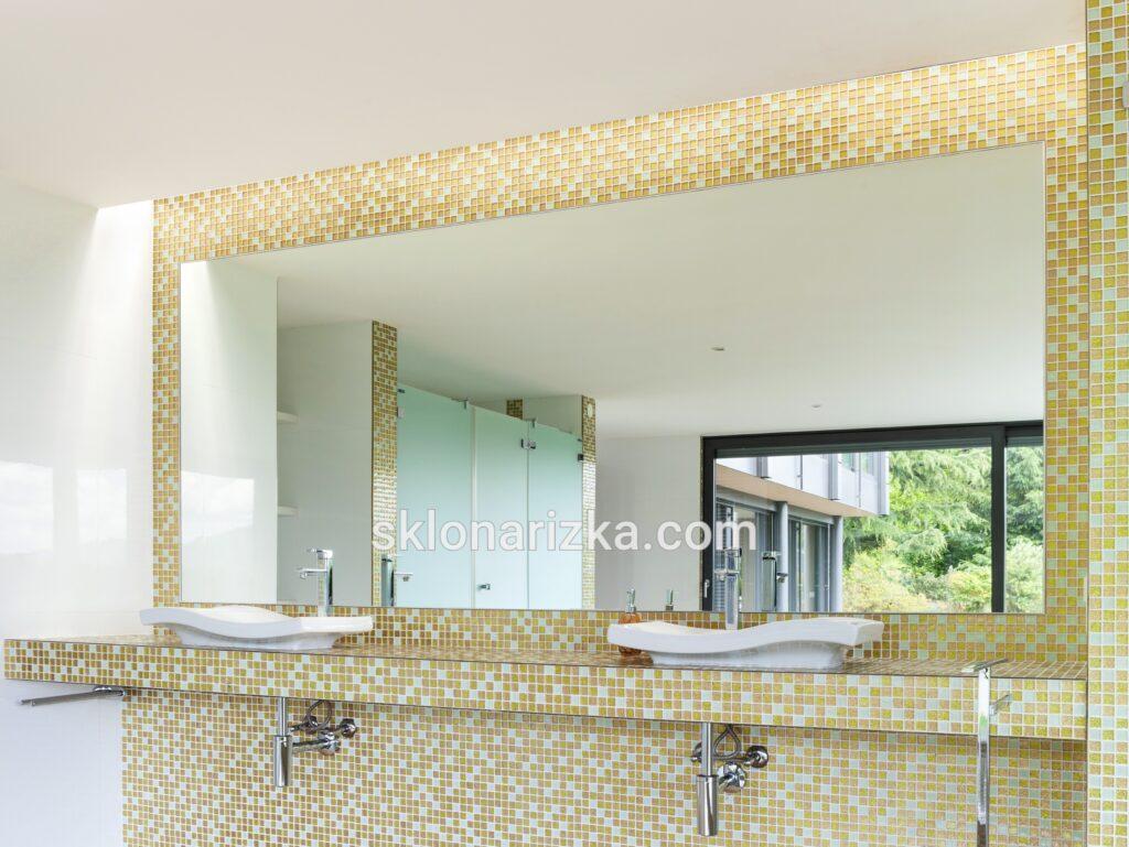 Вологостійке дзеркало на стіні у приміщенні басейну