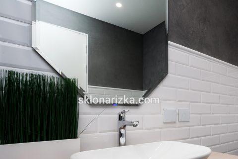 Стильне фігурне дзеркало з фацетом у ванну кімнату_