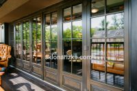 Віконне скло у дверях в барі
