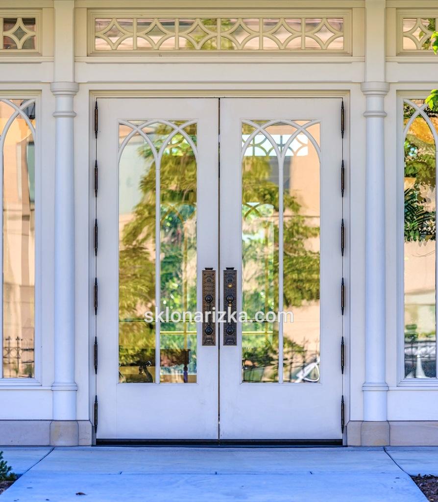 Віконне скло у дверях в особняку