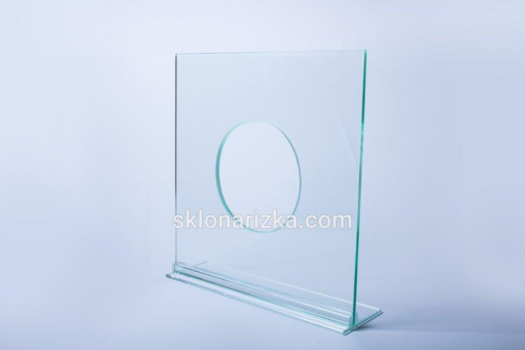 Внутрішній виріз у склі круглої форми